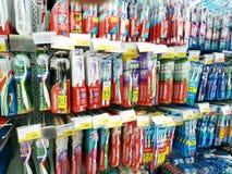 Różnorodni toothbrushes na stojakach sprzedają w hypermarket Lenta obraz stock