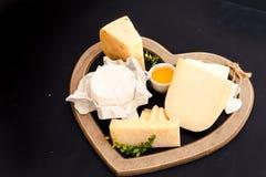 różnorodni typ ser na stojaku w formie serca, pojęcia eleganckiego życia i miłość sera, odgórny widok Fotografia Stock