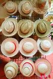 Różnorodni typy modni kapelusze z kolorowym tasiemkowym łęku pokazem przy pchli targ obraz royalty free