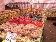 Różnorodni warzywa dla sprzedaży w rolnicy wprowadzać na rynek Obraz Royalty Free