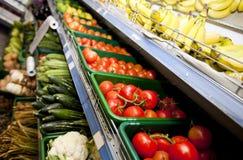 Różnorodni warzywa i owoc na pokazie w supermarkecie zdjęcia royalty free