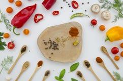 Różnorodni warzywa i pikantność odizolowywający na białym tle, odgórny widok, płaski układ Pojęcie zdrowy łasowanie, jedzenie fotografia royalty free