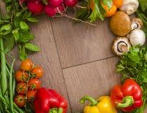 Różnorodni warzywa w okręgu na drewnianej podłoga Zdjęcia Royalty Free