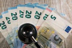 Różnorodni wyznanie euro z stetoskopu dzwonem na wierzchołku zdjęcia stock