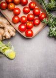 Różnorodni zdrowi jarscy składniki na szarość drylują tło, odgórny widok zdjęcie royalty free