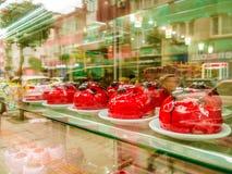 Różnorodność ciasto Na gablocie wystawowej piekarnia Fotografia Royalty Free