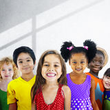 Różnorodność dzieci przyjaźni niewinności Uśmiechnięty pojęcie obraz stock