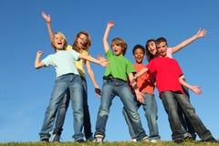 Różnorodność dzieciaków grupy ręki podnosić obrazy stock