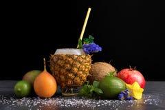 Różnorodność egzotyczne owoc Ananasowa filiżanka, cały avocado, czerwony garnet, carambola i mennica na czarnym tle, naturalny Obraz Royalty Free