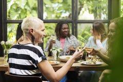 Różnorodność kobiet Grupowy Wiszący Jedzący Wpólnie pojęcie Obrazy Stock