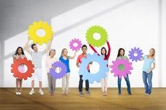 różnorodność ludzie Trzyma Cog współpracy Rozochoconego pojęcie fotografia stock