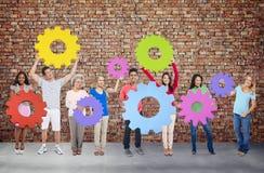 różnorodność ludzie Trzyma Cog współpracy Rozochoconego pojęcie ilustracja wektor