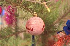 Różnorodność piłki na drzewie tworzą świątecznego nastrój Zdjęcia Royalty Free