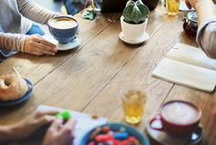 Różnorodność przyjaciele Spotyka sklep z kawą Brainstorming pojęcie Fotografia Royalty Free