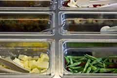 Różnorodność sałatki w stalowych tacach i przekąski fotografia royalty free