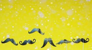 Różnorodność wąs i śnieg na żółtym tle, abstrakcjonistyczny tło obrazy royalty free