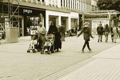 Różnorodność w Brytania, Dwa Muslimas z ich dziećmi w Pram Zdjęcia Royalty Free