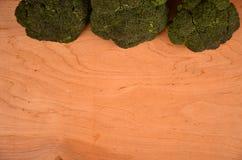 Różnorodność zielonych broccols drewniany stół Uwalnia przestrzeń dla teksta Zdjęcie Stock