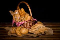 Różnorodny świeży chleb tak jak sezamowa babeczka, baguette, piec rolki, croissant, round babeczka i cała adra, pokrajać chleb Zdjęcia Stock