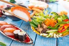Różnorodny azjatykci posiłki na nieociosanym tle Obraz Stock