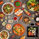 Różnorodny azjatykci posiłki na nieociosanym tle, odgórny widok Zdjęcia Stock