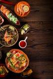 Różnorodny azjatykci posiłki na nieociosanym tle, odgórny widok, miejsce dla teksta Fotografia Stock