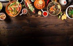 Różnorodny azjatykci posiłki na nieociosanym tle, odgórny widok, miejsce dla teksta Zdjęcie Stock