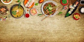 Różnorodny azjatykci posiłki na nieociosanym tle, odgórny widok, miejsce dla teksta Obraz Royalty Free
