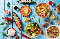 Różnorodny azjatykci posiłki na nieociosanym tle, odgórny widok, miejsce dla teksta Zdjęcie Royalty Free