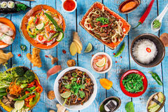 Różnorodny azjatykci posiłki na nieociosanym tle, odgórny widok, miejsce dla teksta Obrazy Royalty Free