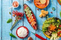 Różnorodny azjatykci posiłki na nieociosanym tle, odgórny widok, miejsce dla teksta Zdjęcia Royalty Free