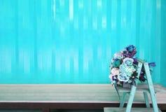 Różnorodny błękitni kwiaty z nowożytnym tłem minimalistic Zdjęcia Stock
