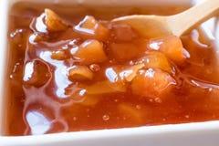 Różnorodny Ceramiczny puchar Owocowi dżemy Czupirzy, pigwa, Bergamotowy cytrus arbuz w drewnianej tacy, Marmoladowy,/ Zamyka w gó zdjęcie royalty free