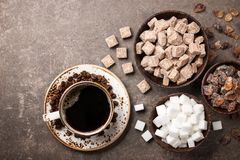 Różnorodny cukier w pucharach i filiżance obrazy stock