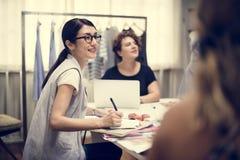 Różnorodny drużynowy działanie na moda projekta projekcie obraz royalty free