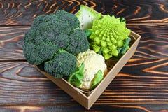 Różnorodny Kapuściani brokuły Kalafiorowy Romanesco w pudełku Dobierający kapusty na drewnianym tle Mieszkanie nieatutowy zdjęcie stock