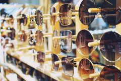 Różnorodny kolorowi słońc szkła wiesza w sklepie zdjęcie stock