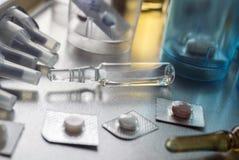 Różnorodny lekarstwo w szkła monodose wraz z bąbla szkłem w szpitalu, konceptualny wizerunek obrazy stock