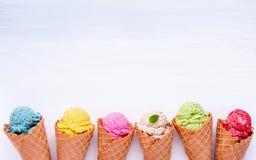 Różnorodny lody smak w rożkach czarna jagoda, truskawka, pist obraz royalty free