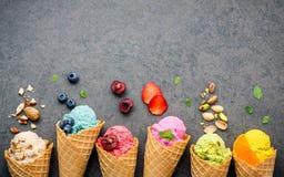 Różnorodny lody smak w rożkach czarna jagoda, truskawka, pist Obraz Stock