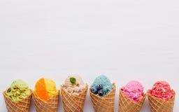 Różnorodny lody smak w rożkach czarna jagoda, truskawka, pist zdjęcia stock