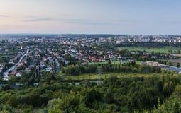 Różnorodny miasto krajobraz w wieczór Widok na nieruchomości grzech zdjęcie royalty free
