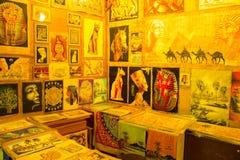 Różnorodny papirus z elementami egipska historia - przedmioty wystawiający w sklepie w bazarze Obraz Royalty Free