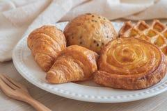 Różnorodny piec chleb na talerzu obrazy stock