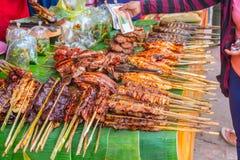 Różnorodny piec na grillu bbq mięso przy ulicznym jedzenie rynkiem w Luang Prabang mieście Laos obrazy royalty free