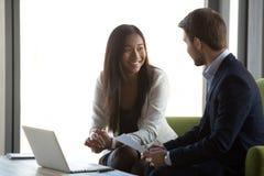 Różnorodny pieniężny advisor i klient ma rozmowę przy biznesowym spotkaniem obrazy stock
