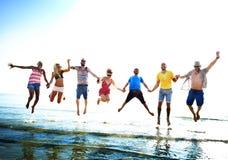 Różnorodny Plażowy lato przyjaciół zabawy rzut z wyskoku pojęcie zdjęcie stock
