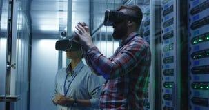 Różnorodny IT specjalista używa VR szkła w serweru pokoju zbiory