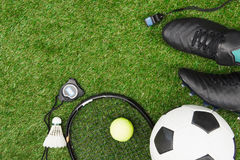 Różnorodny sporta wyposażenie na zielonej trawie fotografia royalty free