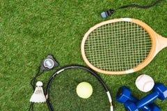 Różnorodny sporta wyposażenie na zielonej trawie zdjęcia stock